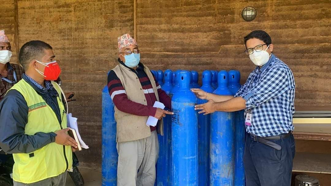 एनआरएनए अफ्रिकाले अछामको बयालपाटा अस्पताललाई अक्सिजन सिलिन्डर सहयोग
